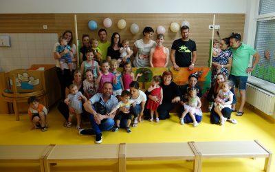Lutkovna predstava Darilo za rojstni dan ob zaključku šolskega leta v skupini Metuljčki