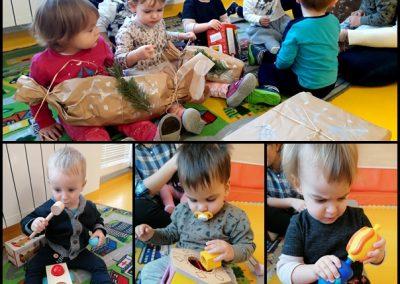 Odvijanje daril dedka Mraza in igra z igračami, ki jih je prinesel